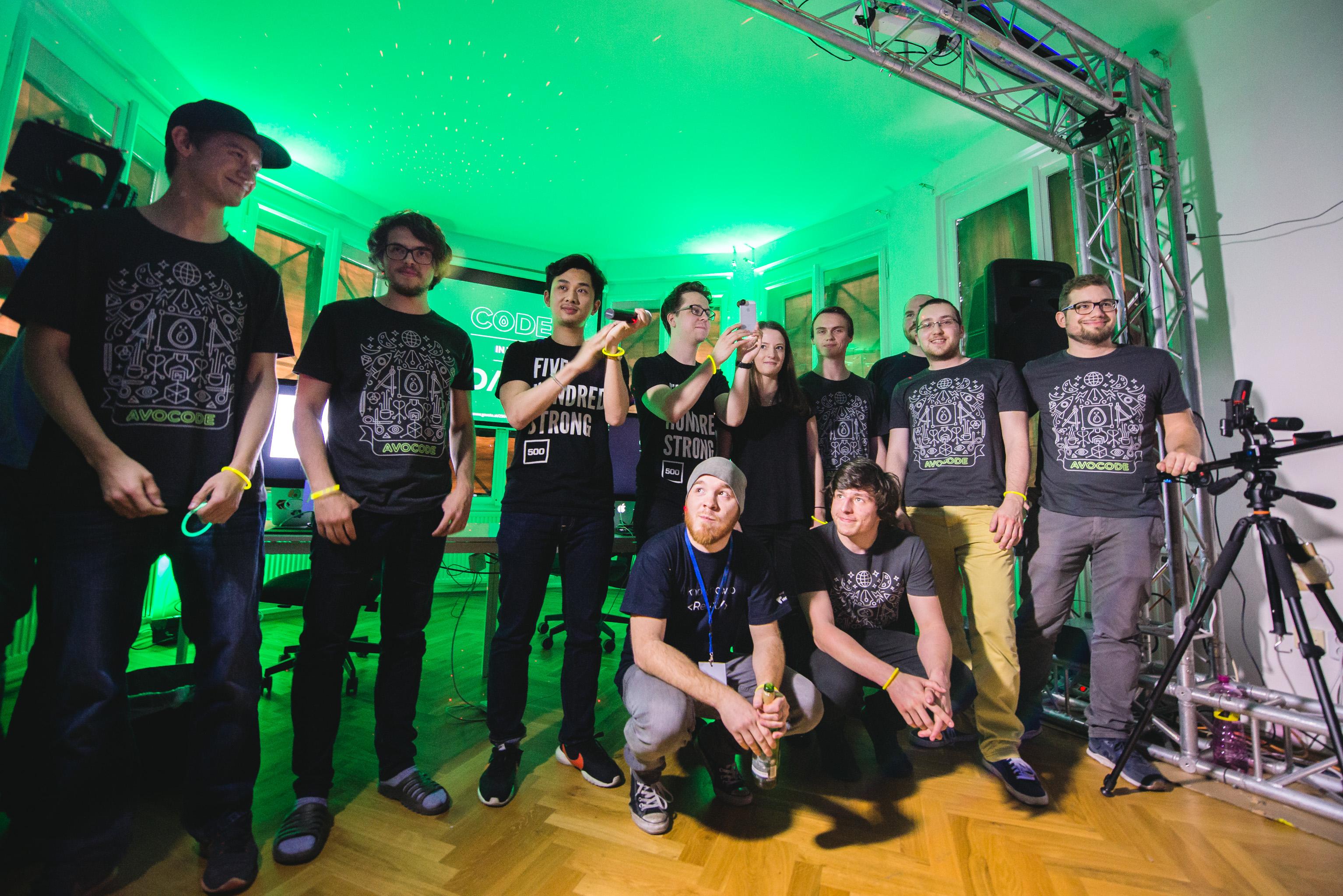 Část týmu představuje akci Code in the Dark
