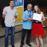 Alena získává certifikát za absolvování kurzu